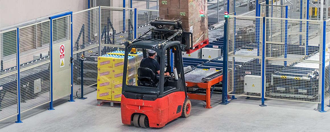 El vallado perimetral facilitan la separación de las distintas áreas de un almacén